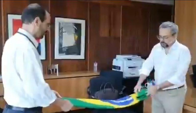 Ex-ministro da Educação Abraham Weintraub dobra a bandeira do Brasil – Foto: Reprodução/Twitter