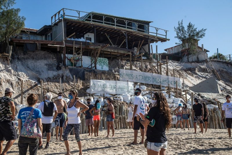 Posters and banners were made by protesters against the action of rockfill. Situation of Praia do Campeche is subject of lawsuit - Anderson Coelho / ND
