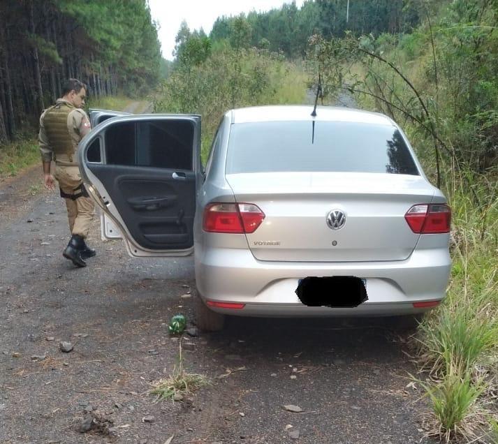 Carro foi encontrado abandonado em uma estrada rural – Foto: Polícia Militar/Divulgação