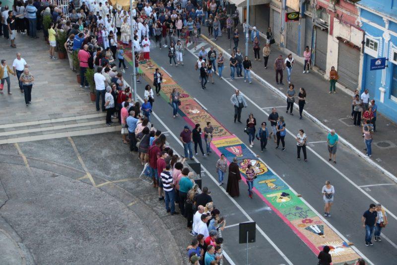 Paróquias não poderão montar os tradicionais tapetes para evitar aglomerações – Foto: PASCOM/Divulgação/ND
