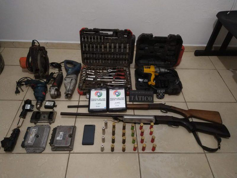 Além dos carros, polícia apreendeu armas e munição na propriedade – Foto: Polícia Militar/Divulgação