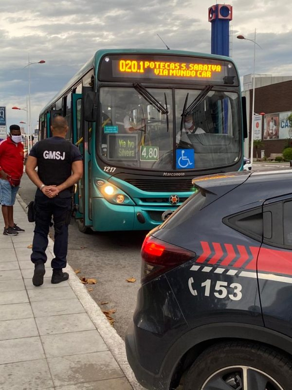 Em São José, além das fiscalizações em estabelecimentos, os ônibus foram vistoriados para checar se estavam de acordo com as normas, que preveem limite de 50% na capacidade total – Foto: Divulgação/Prefeitura de São José