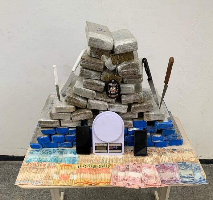 Os detidos eram responsáveis pela distribuição de maconha nos bairros São Vicente e Cordeiros, em Itajai – Foto: Divulgação/ND