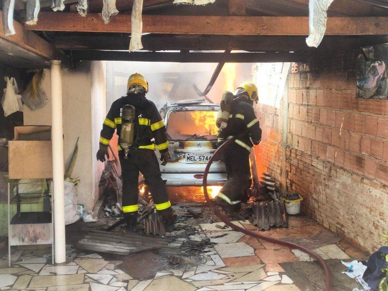 Incêndio destruiu o carro da mulher – Foto: Corpo de Bombeiros/ND