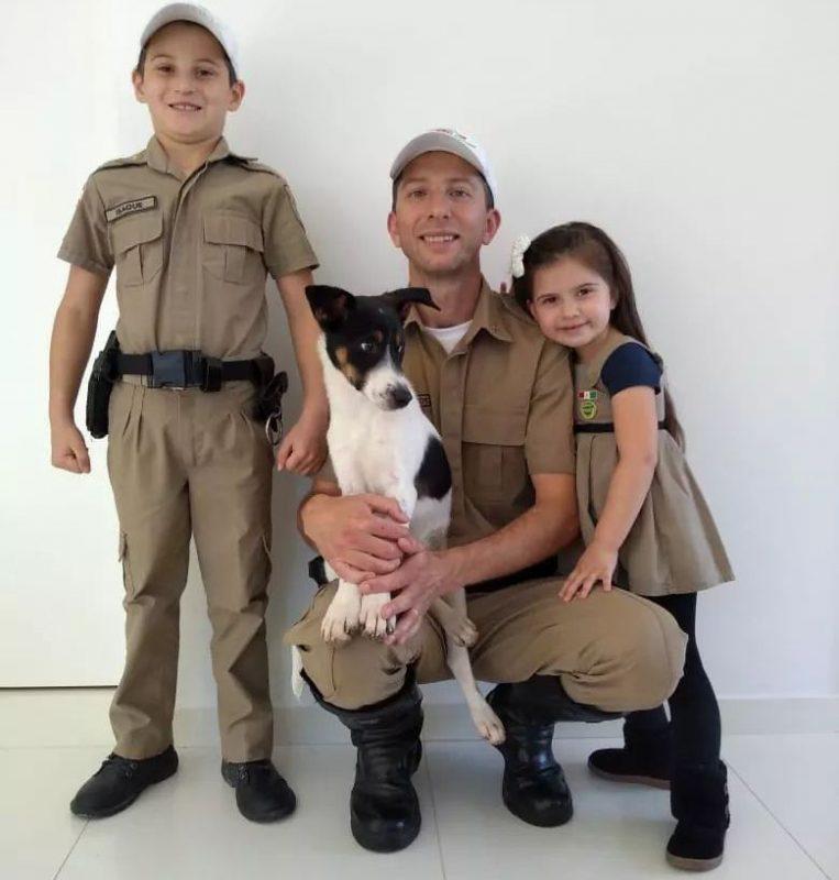 Cãozinho foi adotado pela família do cabo Maurício – Foto: PMRv/Divulgação/ND