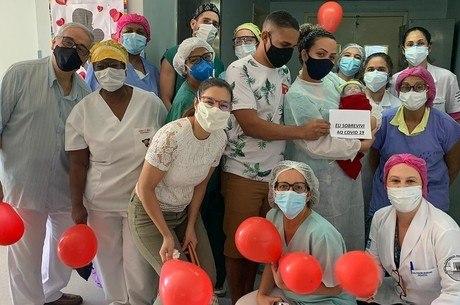 Bebê teve alta sob aplausos da equipe médica – Foto: Divulgação/ Prefeitura do Rio