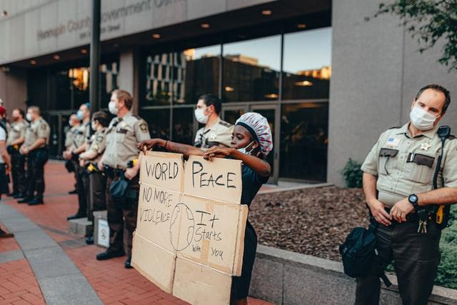 Violência policial que acabou em morte de homem negro gerou protestos dentro e fora dos EUA – Foto: Josh Hild/Unsplash/Divulgação