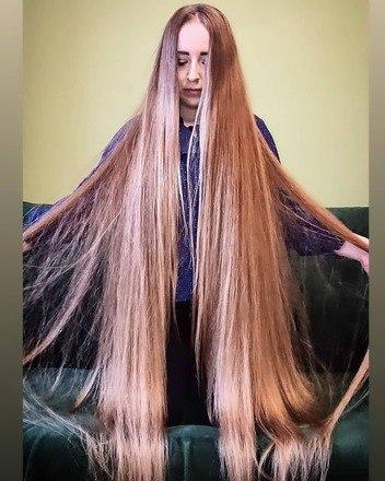 """""""Meu cabelo não afeta muito a minha vida. O sol é o meu branqueador natural. Eu lavo meu cabelo até três vezes por semana e uso um estilo diferente por dia como rabo de cavalo, trança ou coque. Uso produtos naturais e qualquer coisa com óleo de coco é a minha favorita"""", contou - Reprodução/Instagram"""