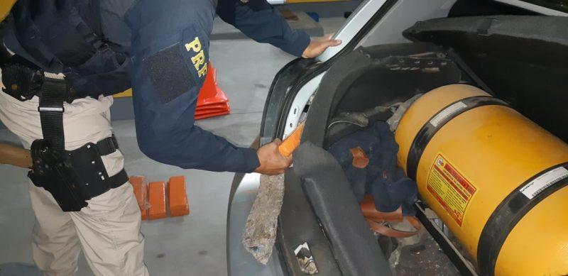 Vistoria localizou as drogas na forração lateral e no porta-malas do automóvel – Foto: PRF/Divulgação/ND