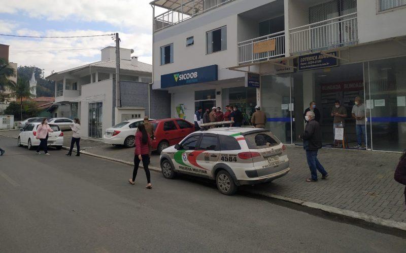 Três criminosos invadiram a agência armados e roubaram dinheiro e celulares – Foto: João Sérgio/Rádio Sintonia
