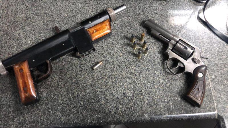 Uma submetralhadora e um revólver calibre 38 foram encontrados dentro de automóvel – Foto: PRF/Divulgação/ND