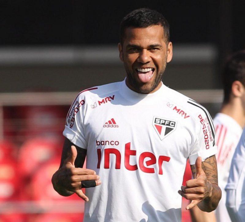 O lateral/meia Daniel Alves vai receber do São Paulo durante 5 anos. – Foto: SPFC/Divulgação