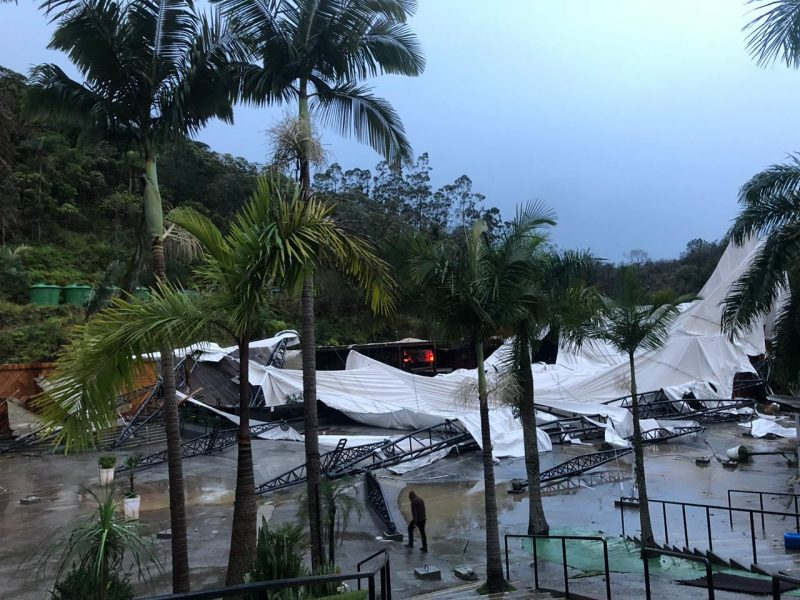 Concert hall was destroyed after cyclone in Camboriú - Social Networks