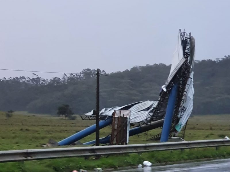 In Navegantes, signs and billboards were knocked over and uprooted with the force of the wind - Drica Fermiano / NDTV