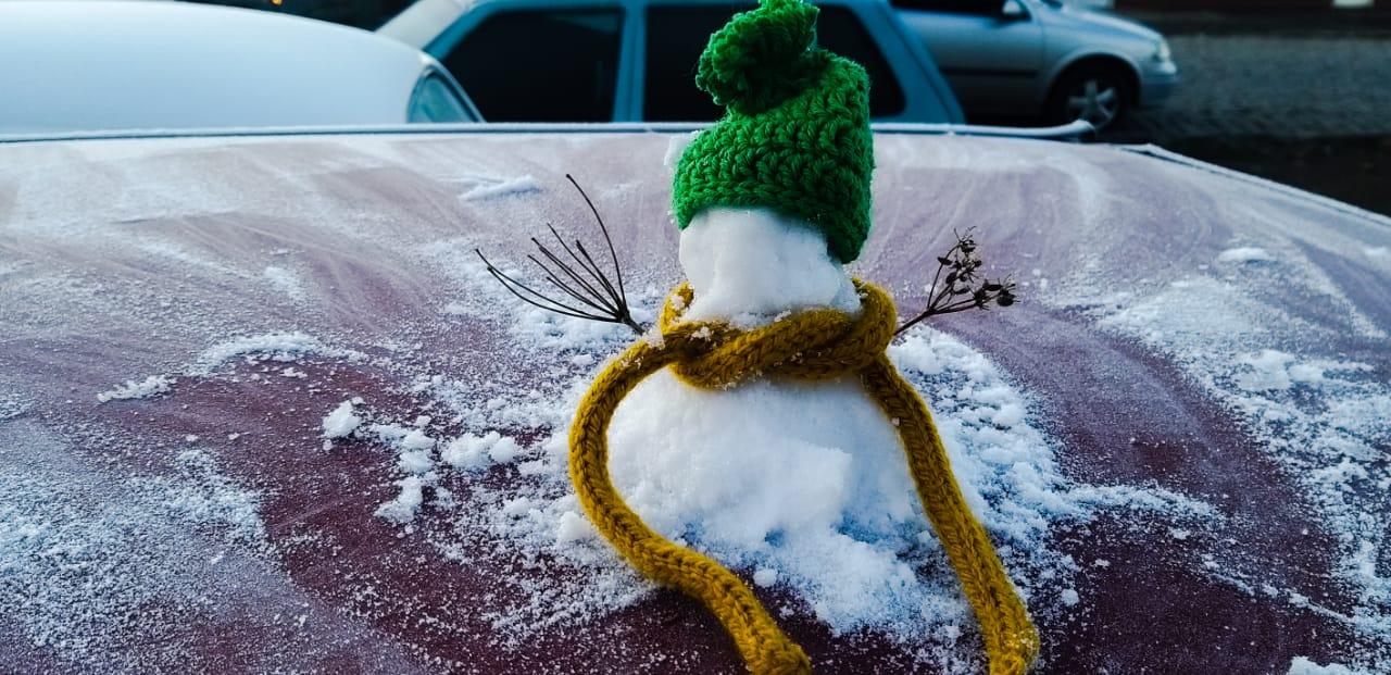 Foi possível até fazer um pequeno boneco de neve com o gelo que se acumulou em cima dos veículos. - Wagner Urbano/Divulgação/ND