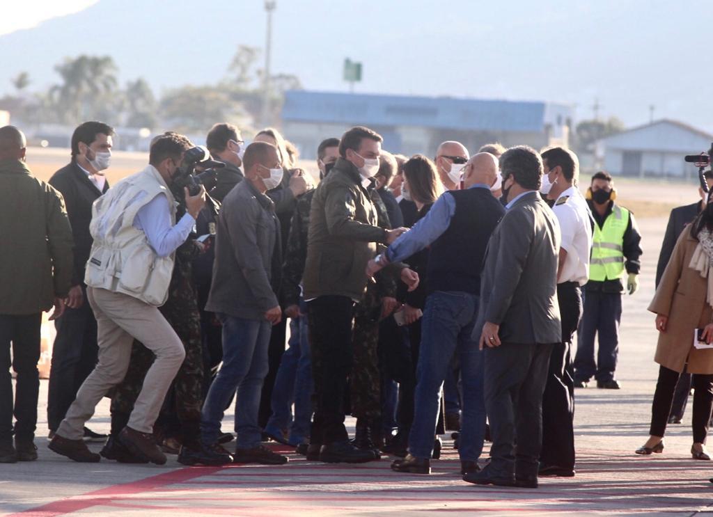 Presidente Jair Bolsonaro desembarca no Aeroporto de Florianópolis; bastante