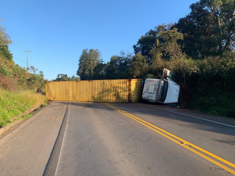 Tombamento de caminhão provocou interdição da pista – Foto: PMRv/Divulgação/ND