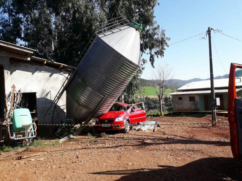 Momento em que o carro colidiu com o silo, no interior da cidade – Foto: Corpo de Bombeiros/Reprodução
