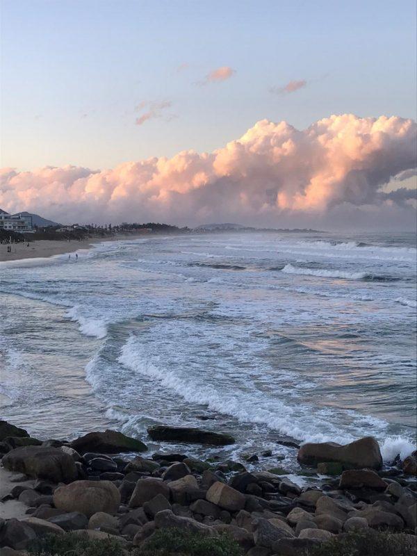 Litoral Norte: O amanhecer contará com a presença de nevoeiros e mínimas de 15°C. No entanto, o sol aparece com algumas nuvens e as máximas poderão chegar em 26°C – Foto: Anderson Coelho/ND