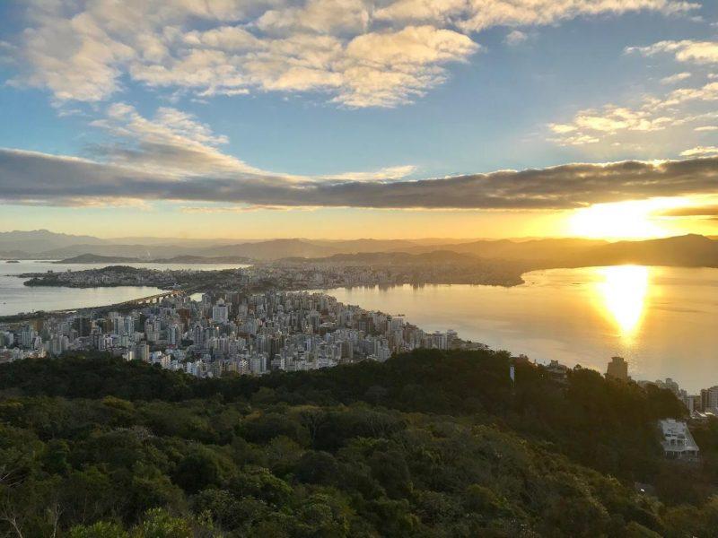 Florianópolis vista de cima, dos altos do Morro da Cruz, de onde os colunistas do ND escrevem seus textos – Foto: Anderson Coelho/ND