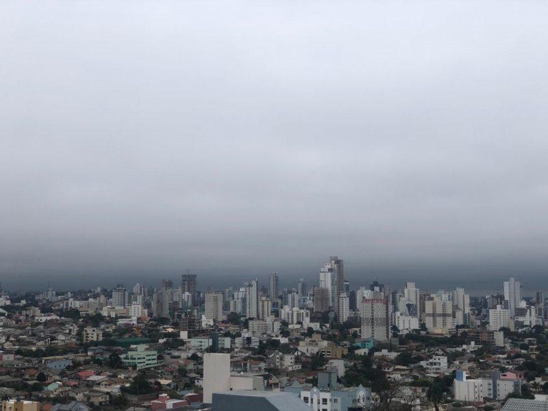 Tempo fechado em Chapecó na manhã desta terça-feira – Foto: Willian Ricardo/ND