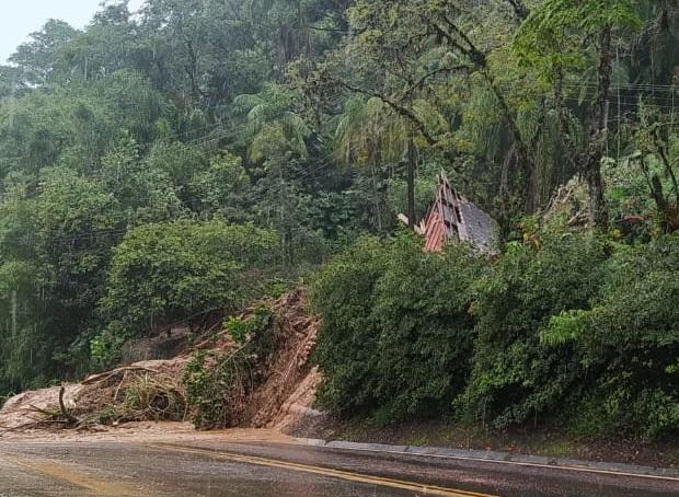Uma casa foi levada pelo barro às margens da SC-477 - Prefeitura de Benedito Novo/Divulgação