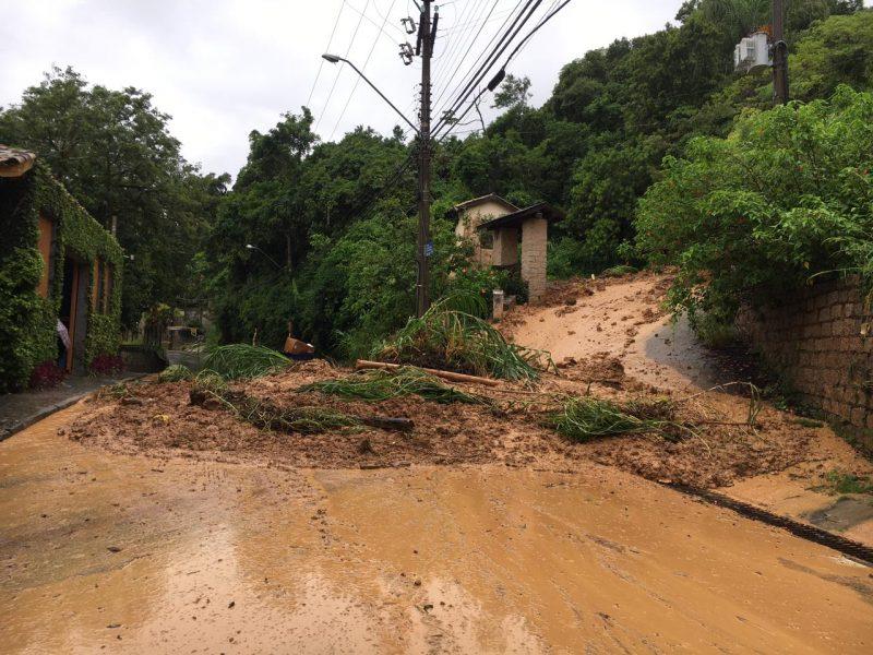 Deslizamento em Ponta das Canas, no Norte da Ilha, danificou o muro de uma pousada. – Foto: Ana Vaz/Divulgação/ND