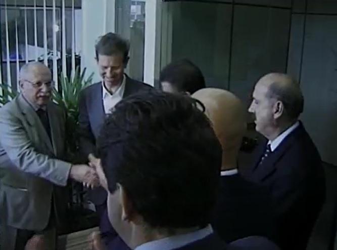 """Mário Petrelli, fundador do Grupo ND, ao lado de autoridades no dia da inauguração, <span style=""""font-weight: 400;"""">31 de julho de 2000 </span>&#8211; Foto: Reprodução imagens de arquivo"""