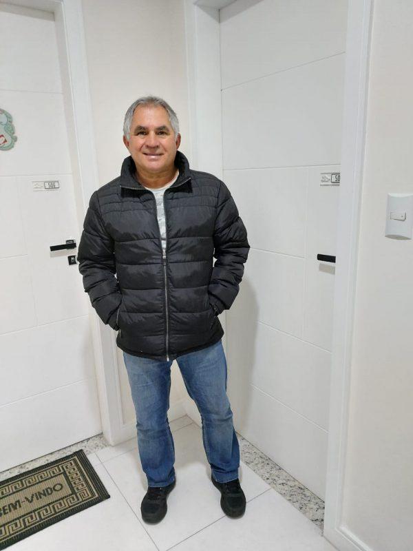 Mauro em frente ao novo apartamento localizado em área valorizada em São José – Foto: Arquivo pessoal/ND