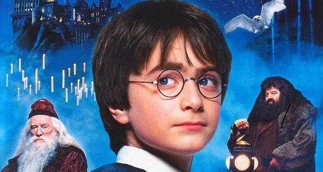 Nesta sexta-feira (31), Harry Potter faz 40 anos. Na história, o personagem principal nasceu no dia 31 de julho de 1980. Além disso, a data coincide com o aniversário de J.K. Rowling, autora dos livros da série, que completa 55 anos. Para comemorar, relembre curiosidades do bruxinho! – Foto: Reprodução/DVD
