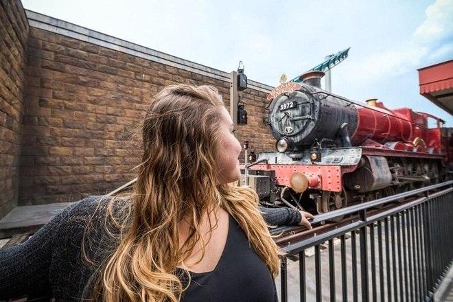 O parque temático da Universal, em Orlando (EUA), fez uma homenagem a Harry Potter. No local, os fãs podem viajar na réplica do Expresso de Hogwarts – Foto: Reprodução/Twitter Universal ORL
