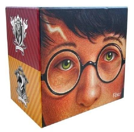 No dia 4 de abril de 2020, fez 20 anos que Harry Potter e a Pedra Filosofal foi lançado no Brasil. Para comemorar a data, a editora Rocco lançou edições de capa dura e um box para colecionadores – Foto: Divulgação