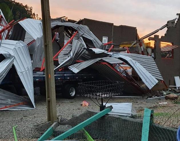 Estragos causados pelo ciclone na empresa de Vili – Foto: Reprodução/Redes Sociais/ND