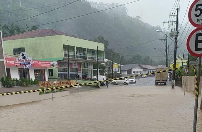 Rua Celso Ramos, no Centro, com pontos de alagamento - Prefeitura de Benedito Novo/Divulgação