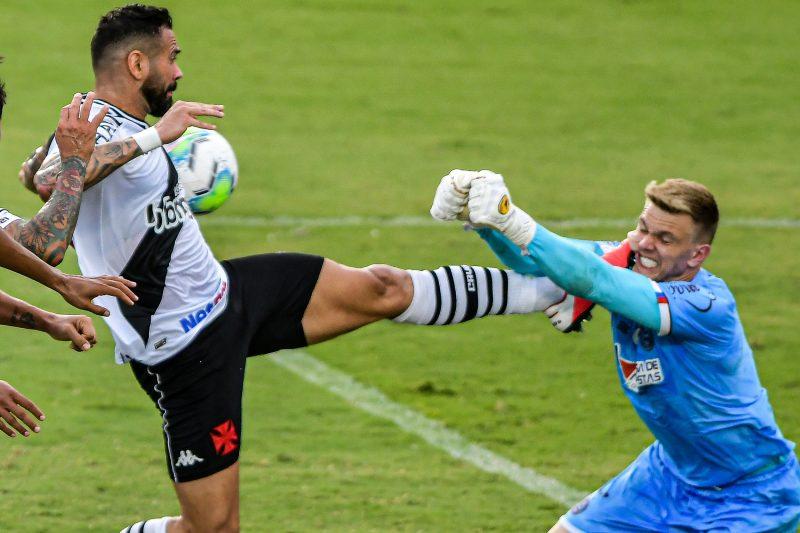 Castán, do Vasco, disputa lance com Douglas, do Bahia, durante partida em São Januário Foto: Thiago Ribeiro/Agif/Estadão Conteúdo/ND