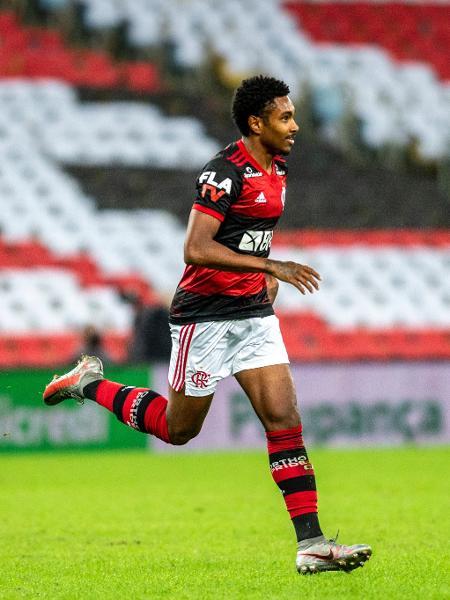 O atacante Vitinho, do Flamengo, autor do gol do título do Campeonato Carioca de 2020 é mais um rubro-negro na lista. Ele recebe R$ 1 milhão mensal do atual campeão brasileiro. – Foto: Marcelo Cortes/Flamengo
