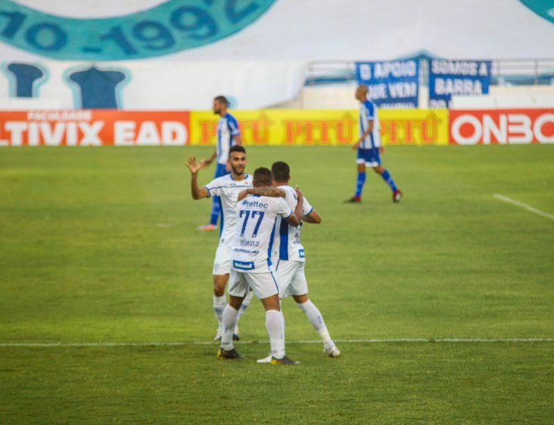 Romulo e Getúlio comemoram o gol de Renato, a menos de dois minutos de jogo na segunda etapa. Foto: Morgana Oliveira/W9 Press/Estadão Conteúdo