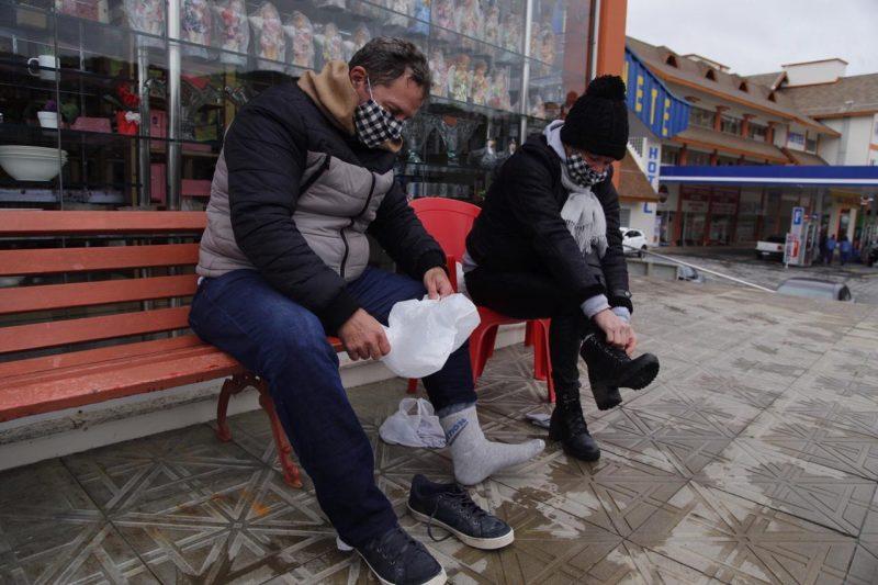 E pararam para usar meias especiais para o frio – Foto: Anderson Coelho/ND