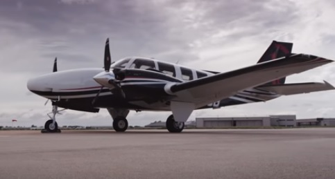 Aeronave Beechcraft Baron estava carregada com cocaína e foi obrigada a pousar neste domingo (2) em Mato Grosso do Sul – Foto: Reprodução/Youtube