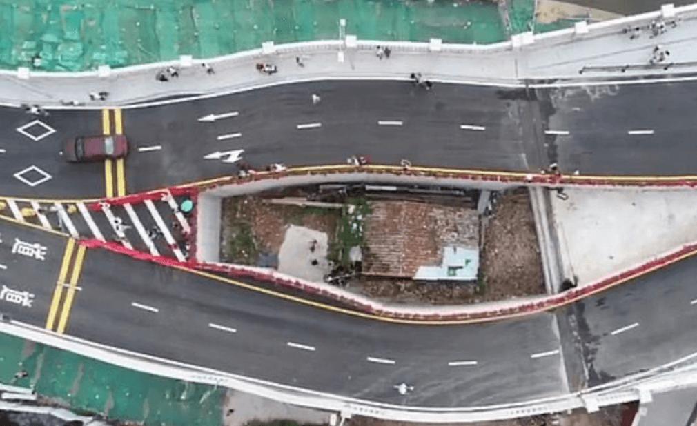 Foram décadas de negociação, mas não deu certo. O governo da província de Guandong, na China, não conseguiu retirar uma insistente moradora do caminho do projeto de uma ponte. - Reprodução Weibo