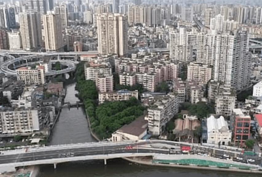 """Sem conseguir avançar, o governo decidiu continuar a obra revendo o projeto. Assim, a casa ficou no meio da chamada """"Ponte Haizhuyong"""", que foi inaugurada recentemente. - Reprodução Weibo"""