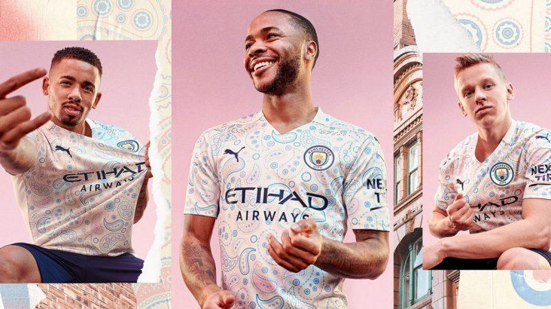 """A terceira camisa do Manchester City, da Inglaterra, veio recheada de estampas em um design um """"tanto quanto diferente"""". Os usuários não perdoaram na web e chamaram de """"pano de mesa"""" e """"edredom"""" – Foto: Puma/Manchester City/reprodução"""
