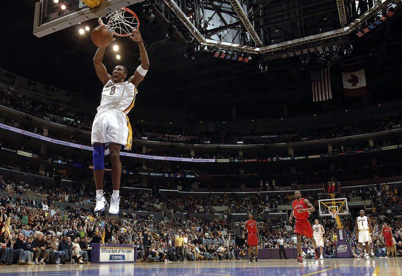 """Kobe Bryant quebrava recorde atrás de recorde. Com sua """"mamba mentality"""", o astro Angelino acumulou títulos. Em janeiro de 2006, marcou sonoros 81 pontos contra o Toronto Raptors, ficando atrás apenas de Wilt Chamberlain, que marcou 100 pontos em uma única partida – Foto: NBA/Divulgação"""