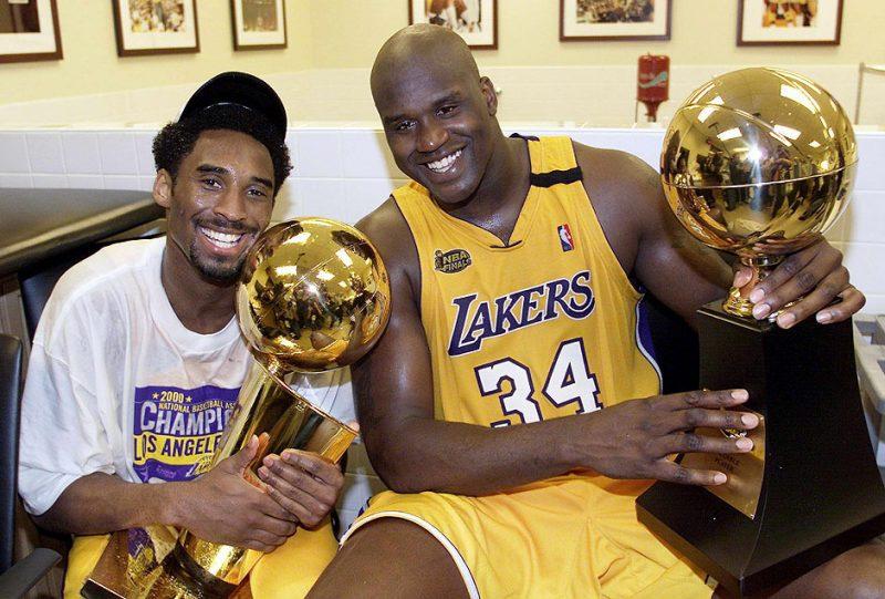 O primeiro título veio na temporada 1999/2000 e ele tinha, ao seu lado, ninguém menos de Shaquille O'Neal, que recebeu na mesma temporada o prêmio de MVP. Depois do primeiro título, Kobe ainda ganhou outros quatro – Foto: NBA/Divulgação