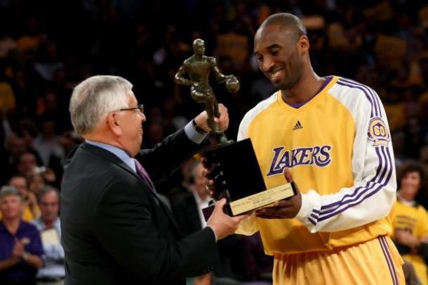 A melhor temporada individual de Kobe Bryant o rendeu o único prêmio de MVP que ele teve na carreira. Apesar de ver o rival Boston Celtics levar o título justamente vencendo o Los Angeles Lakers, Kobe faturou o MVP em 2007/2008 – Foto: NBA/Divulgação