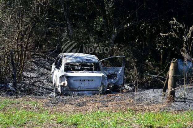 Dois corpos são encontrados carbonizados dentro de carro queimado, em Correia Pinto – Foto: Notícia no Ato/Divulgação/ND
