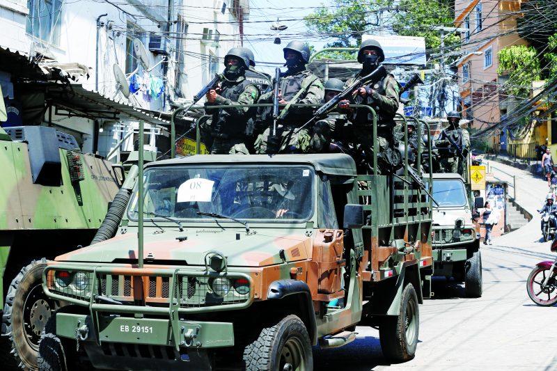 As Forças Armadas entram na comunidade da Rocinha, na zona sul do Rio de Janeiro, para auxiliar a polícia em buscas no entorno da favela.Foto: Tânia Rêgo/Agência Brasil