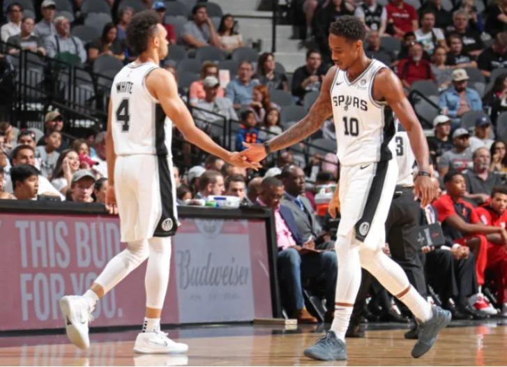 O <strong>San Antonio Spurs</strong>, 10° colocado da Conferência Oeste, pode ficar de fora do offs após 23 anos. Para evitar a situação, o Spurs conta com o experiente DeMar DeRozan – Foto: Divulgação/NBA/ND