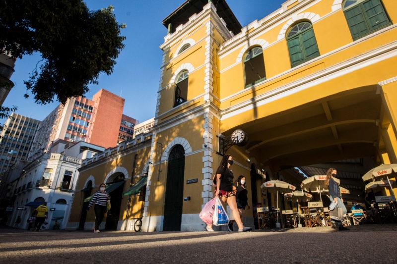 mulher-andando-de-máscara-no-mercado-público-de-Florianópolis