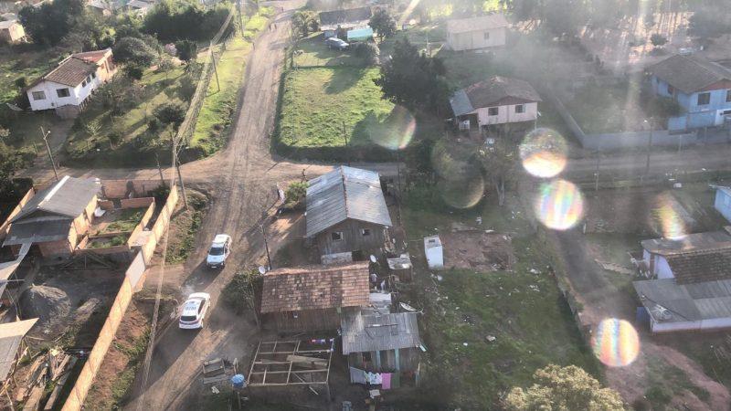 Suspeito foi encontrado escondido em galinheiro – Foto: PM/Divulgação